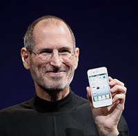 Photo of Steve Jobs holding a white iPhone 4 at Worldwide Developers Conference 2010